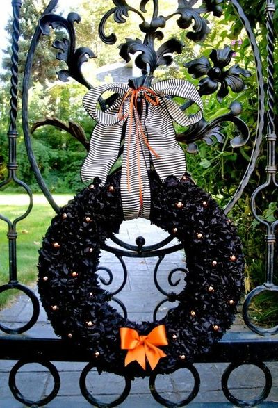http://lilluna.com/wp-content/uploads/2011/09/halloween-wreath-192.jpg