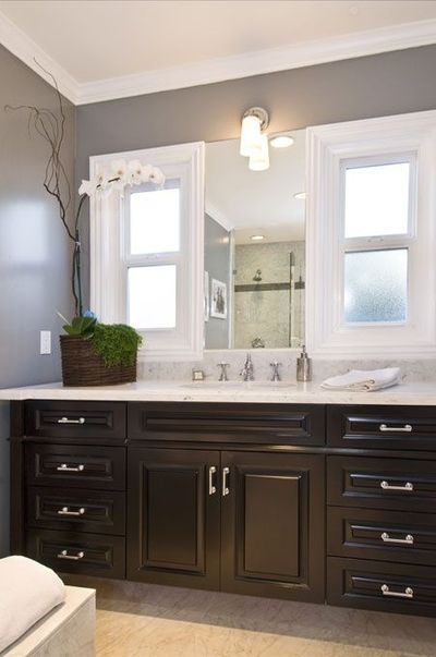 Suzie jeff lewis design gorgeous bathroom with glossy for Jeff lewis bedroom designs