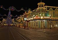 SO BEAUTIFUL! An empty Main Street at Christmastime. Gorgeous!
