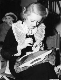 Bette Davis crocheting <3